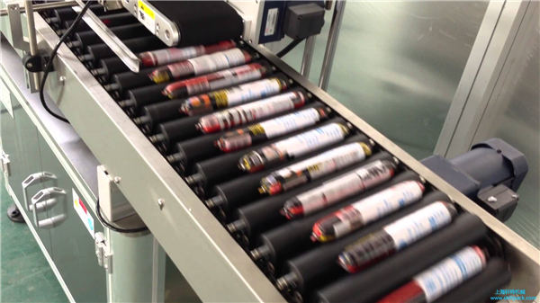 Automatický štítkovací stroj s podavačem