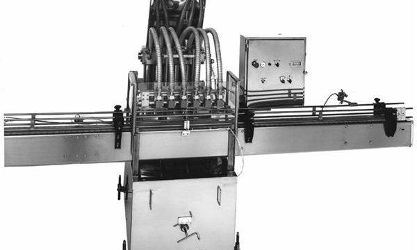 Plnicí stroj pístových rostlinných olejů ovládaný PLC